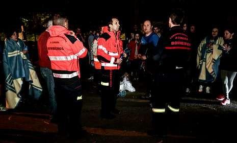Bomberos, monitores y jóvenes rescatados después del incidente del sábado en O Ézaro.