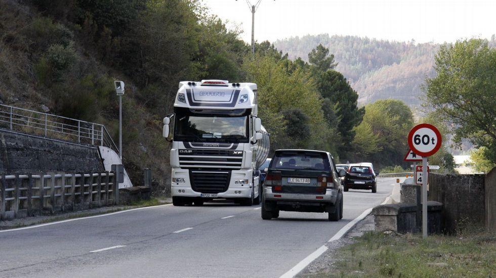 .Por la N-536 circulan muchos camiones, sacando la pizarra de las canteras