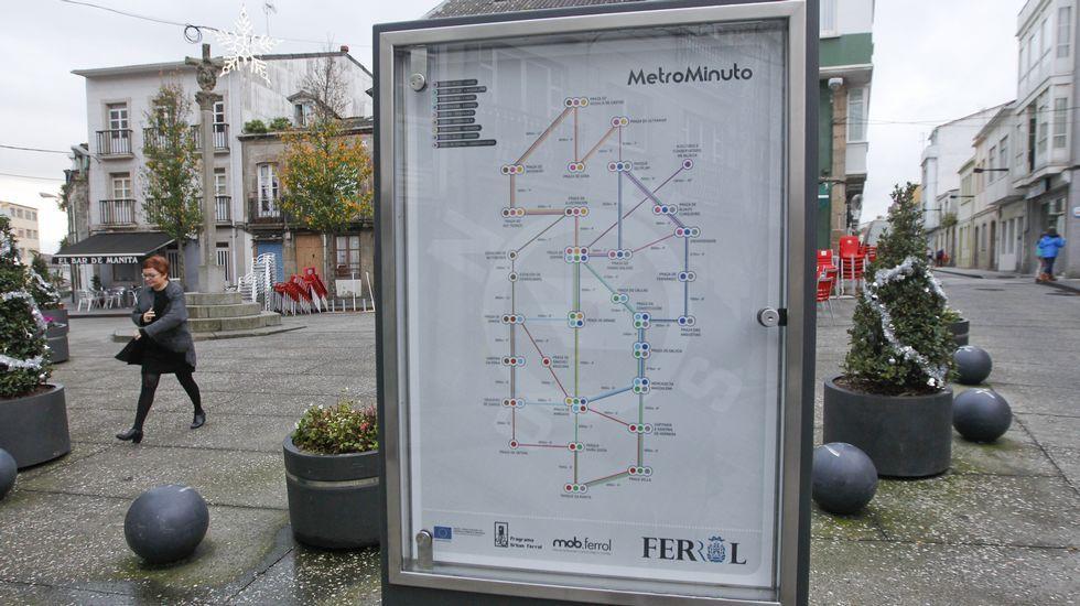 EN LOS BARRIOS URBAN. Planos en 18 puntos de la ciudad por casi 30.000 euros. Tienen la apariencia de un plano de líneas de autobuses, pero lo que trazan son los itinerarios peatonales por la ciudad, con su distancia en metros y el tiempo estimado para recorrerlos. Se instalarán en 18 puntos de los barrios de A Magdalena, Canido y Ferrol Vello. Pueden verse ya en al menos la plaza de Canido y en la del Cruceiro (en la foto). Forman parte de un contrato financiado con los fondos Urban que se licitó por 29.240 euros.