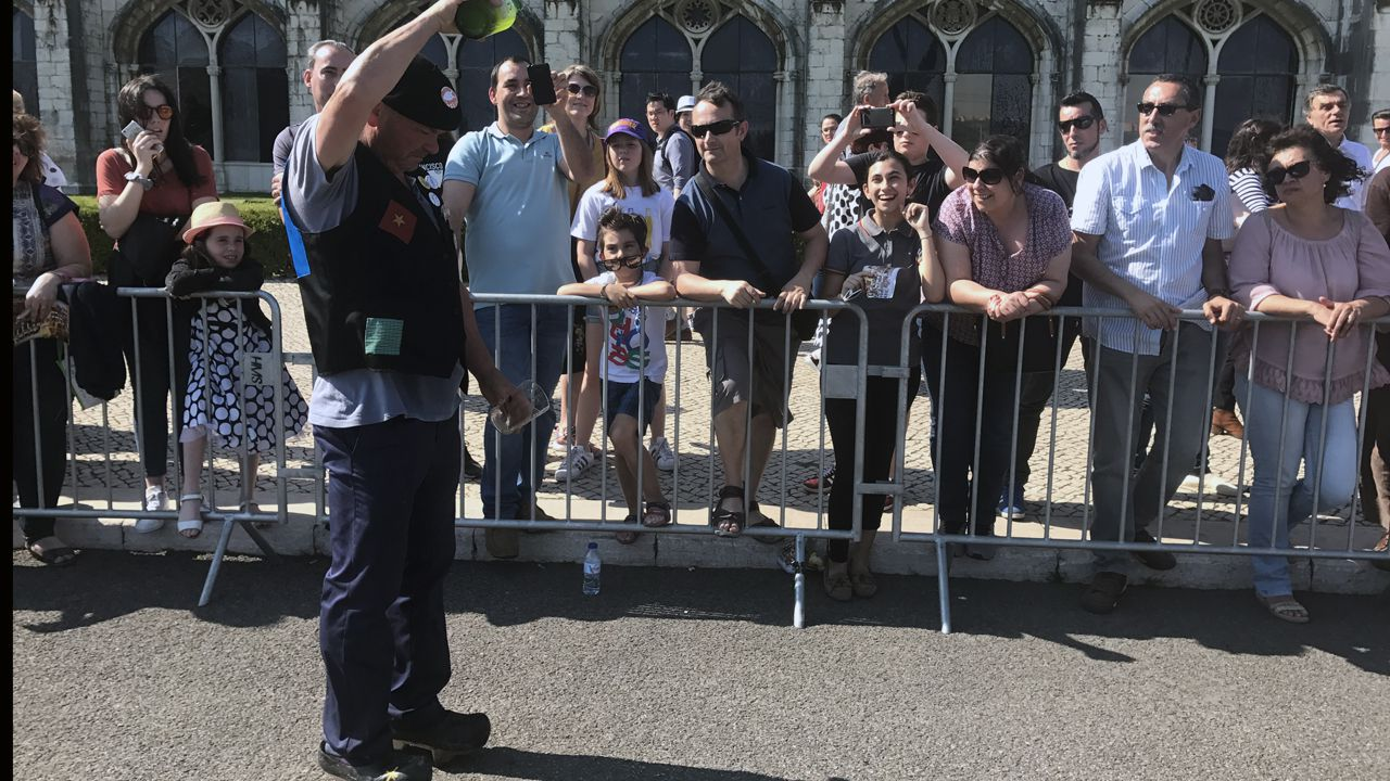 El escanciado de la sidra acaparó a numerosos curiosos durante el desfile en Belém de los sidros de Valdesoto