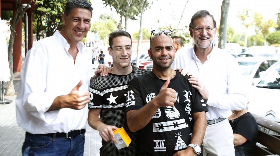 Rajoy y Sánchez coinciden en Cataluña.Una mujer musulmana pasa por delante de Albiol esta mañana en Mataró