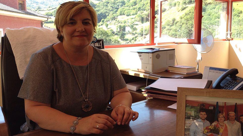 Concentración en Riosa para condenar las amenazas a los concejales de IU.Ana Isabel Díaz, alcaldesa de Riosa,  en su despacho.
