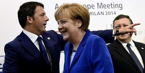 Renzi parece señalar el camino de vuelta que debe seguir Merkel; ambos, ayer, durante una cumbre en Milán, junto a Barroso.