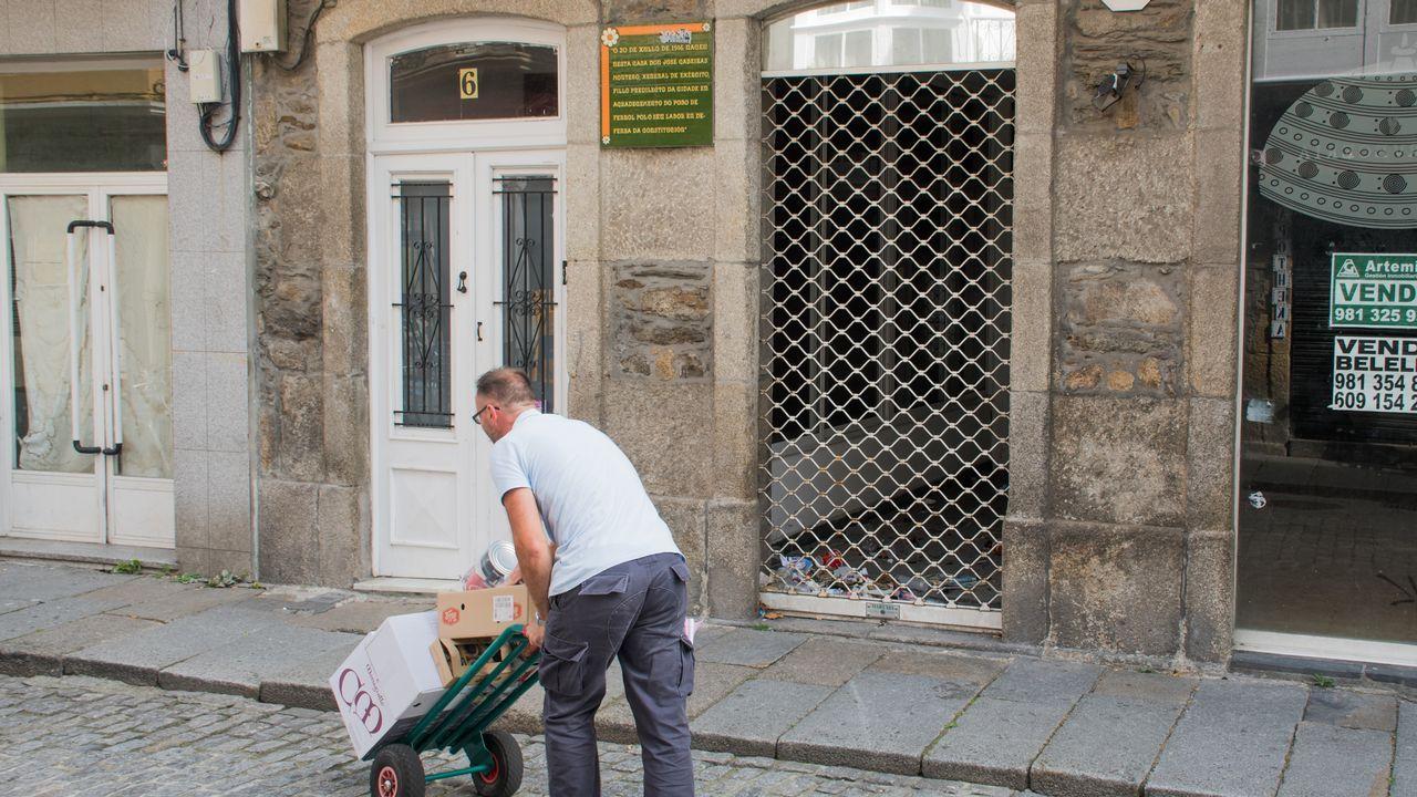 Basureros tras las verjas de negocios que llevan tiempo cerrados.Los premiados con las Medallas de Asturias 2018