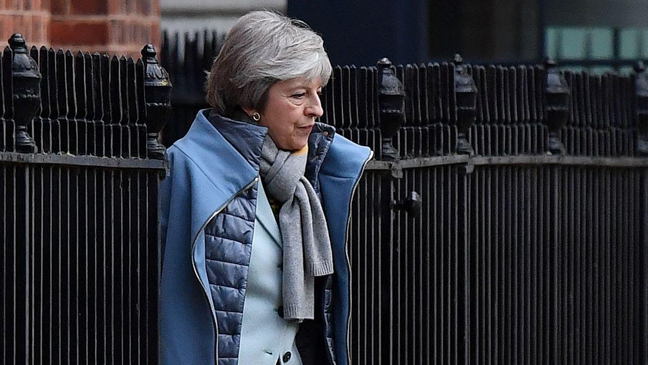 Partidarios de un segundo referendo pidieron a Corbyn un compromiso más firme..Theresa May busca la ayuda de Tusk y de Juncker para mantener su plan a flote