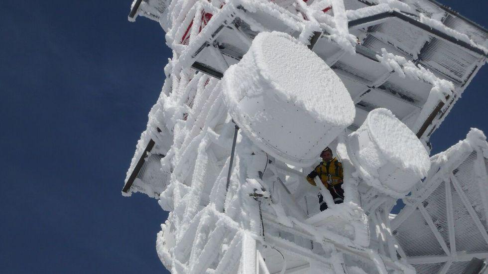 Un operario supervisa los sistemas de una estación en Manzaneda, totalmente congelada