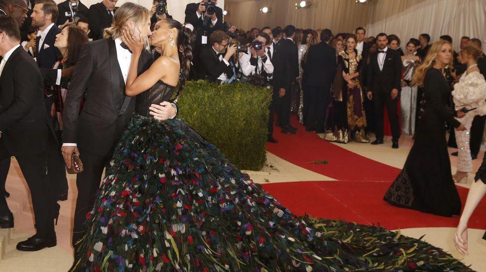 La actriz Zoe Saldana besa a su marido Marco Perego.