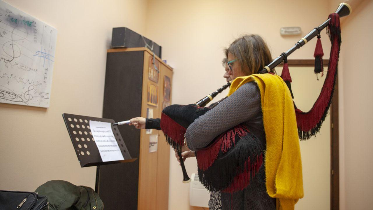 Sonia Rocas practica con la gaita en una de las clases para adultos