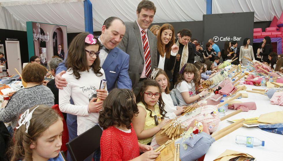 Tras la inauguración oficial, las autoridades visitaron los puestos y a los participantes en el encontro de encaixeiras.