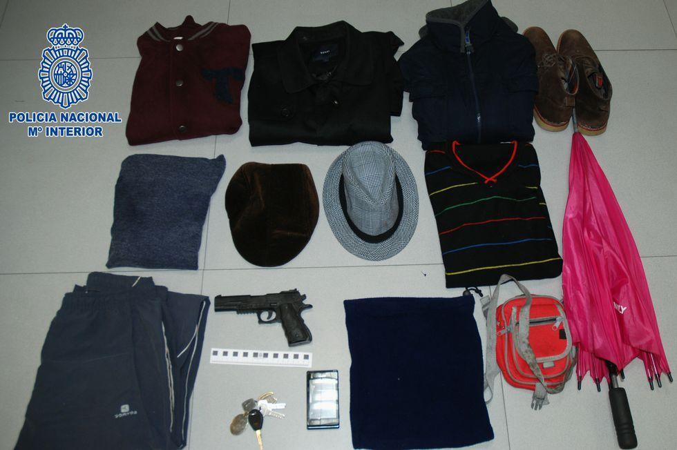 .Objetos intervenidos al atracador, entre ellos el arma simulada.