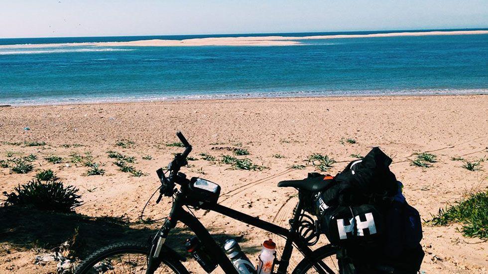 La bicicleta de Nicolás Merino en una Playa de Tánger, Marruecos.La bicicleta de Nicolás Merino en una Playa de Tánger, Marruecos