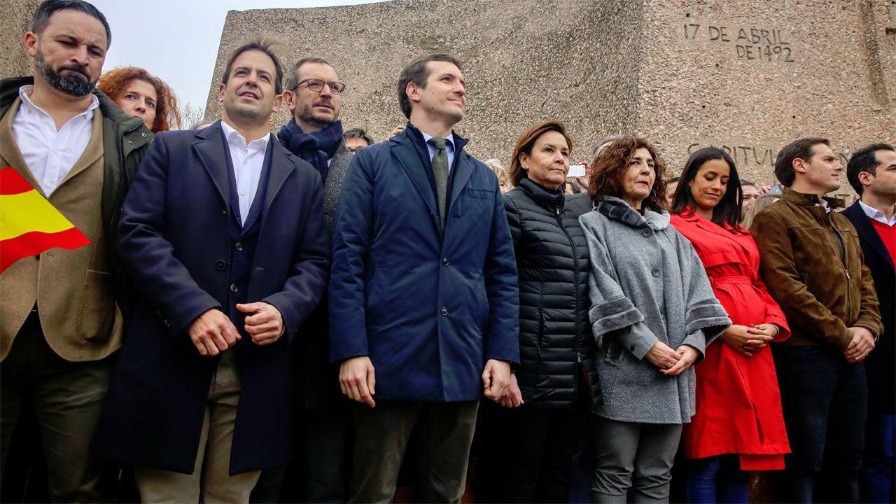Protesta de los trabajadores de las ambulancias antes de un mitin del PP en Cambados.Carmen Moriyón, en el centro de la imagen, junto a Pablo Casado, en la manifestación del 10 de febrero en Madrid