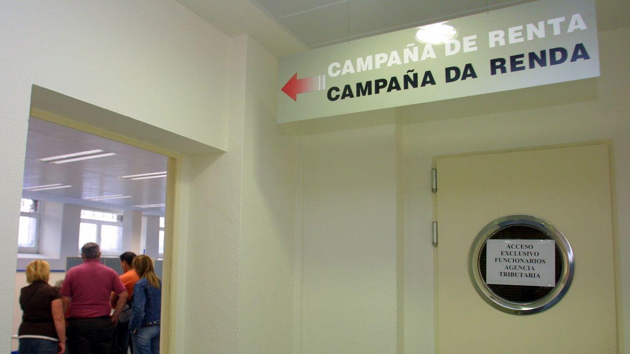 Usuarios de Ambar y A Creba animan a marcar la«x» solidariaen la declaración de la renta.La consejera de Hacienda y Sector Público, Dolores Carcedo (i), visitó en Oviedo la oficina de la campaña de la renta 2017