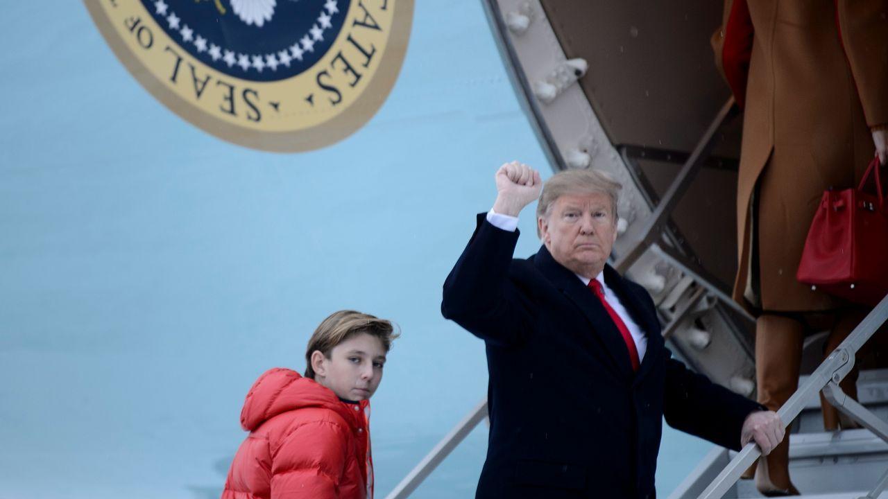 Trump viajó con su familia (en la imagen, con su hijo) a Mar-a-Lago (Florida) para seguir desde allí la final de la Superbowl.Maduro, en un momento de la entrevista