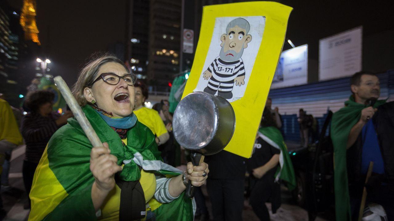 .Un grupo de manifestantes celebra la condena a Lula da Silva