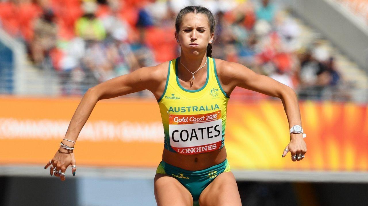 Maddie Coates de Australia calienta previo al inicio de los entrenamientos de los 200 metros femeninos durante los XXI Juegos Commonwealth, en Gold Coast (Australia)