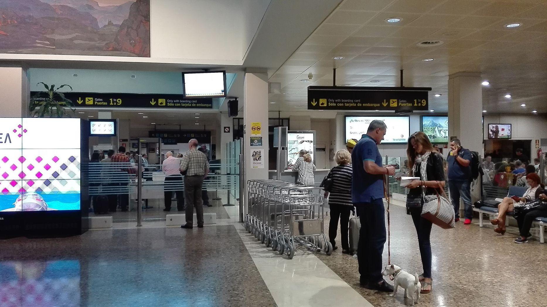 Los jóvenes diseñadores premiados en la Mostra do Encaixe de Camariñsa.Aeropuerto de Asturias