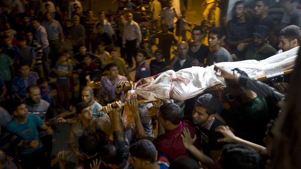 Apuñalamientos en el desfile del Orgullo Gay de Jerusalen.Varias personas transportan el cadáver del joven muerto en el norte de Gaza