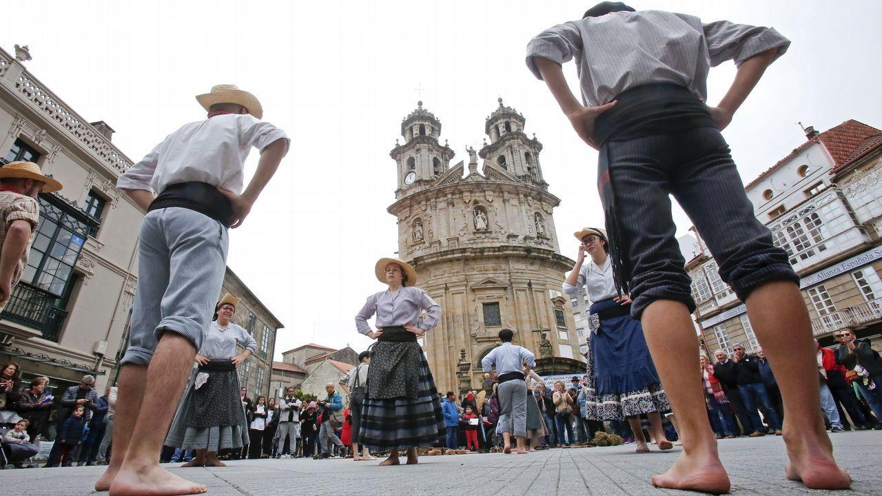 Presentación da Festa das Cruzes de Barcelos.Turista entrando a un hotel en Vigo