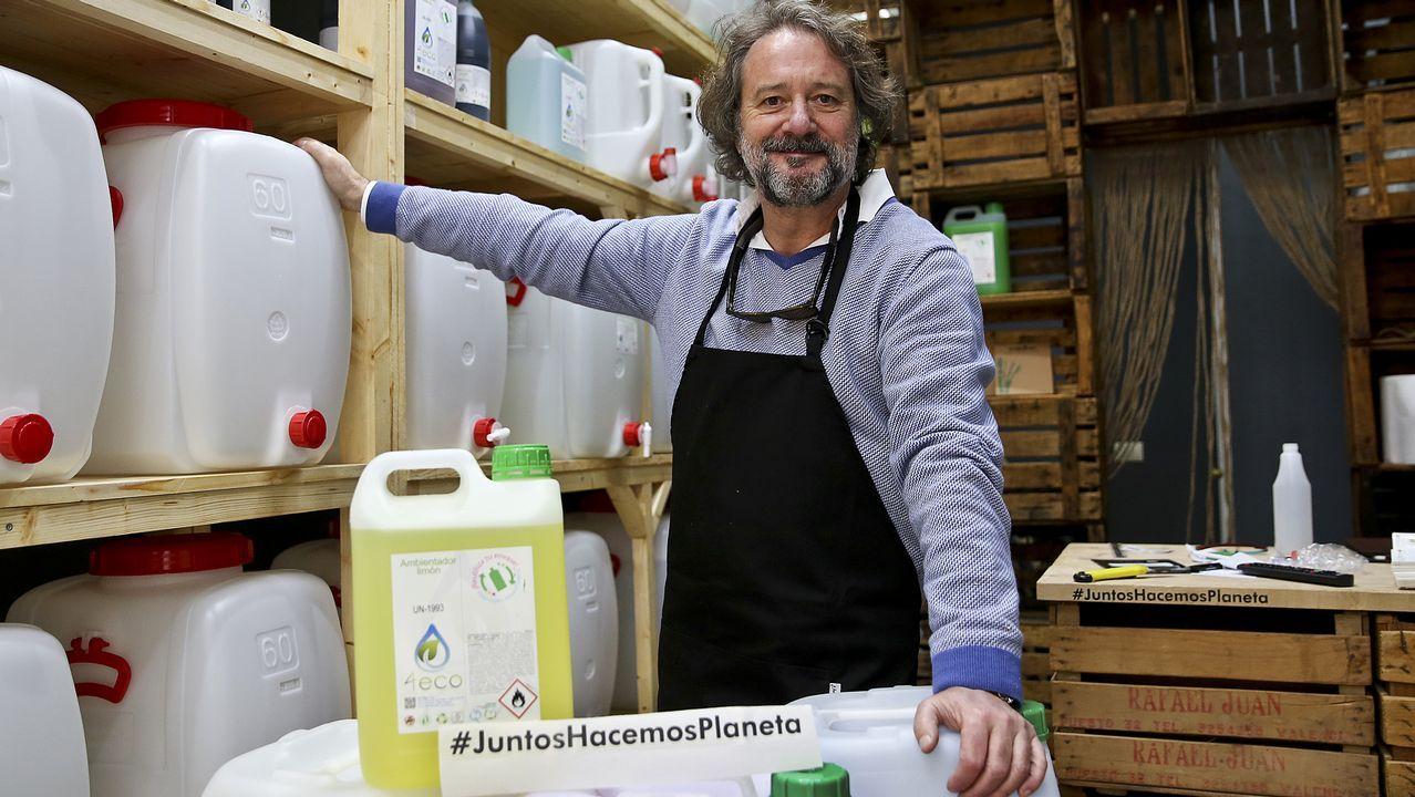Javier Zamuz, está montando una tienda ecologista de productos de limpieza a granel (geles).