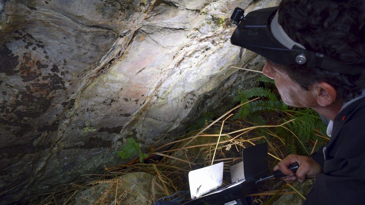 Posibles pinturas rupestres en una cueva de Baleira.Aemet activa la alerta amarilla por calor
