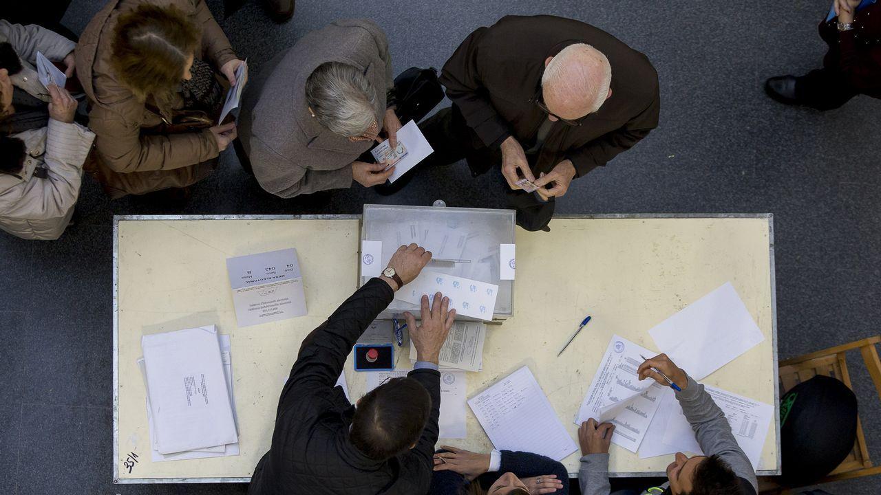 .Ciudadanos hacen cola para depositar su voto en un colegio electoral de Barcelona