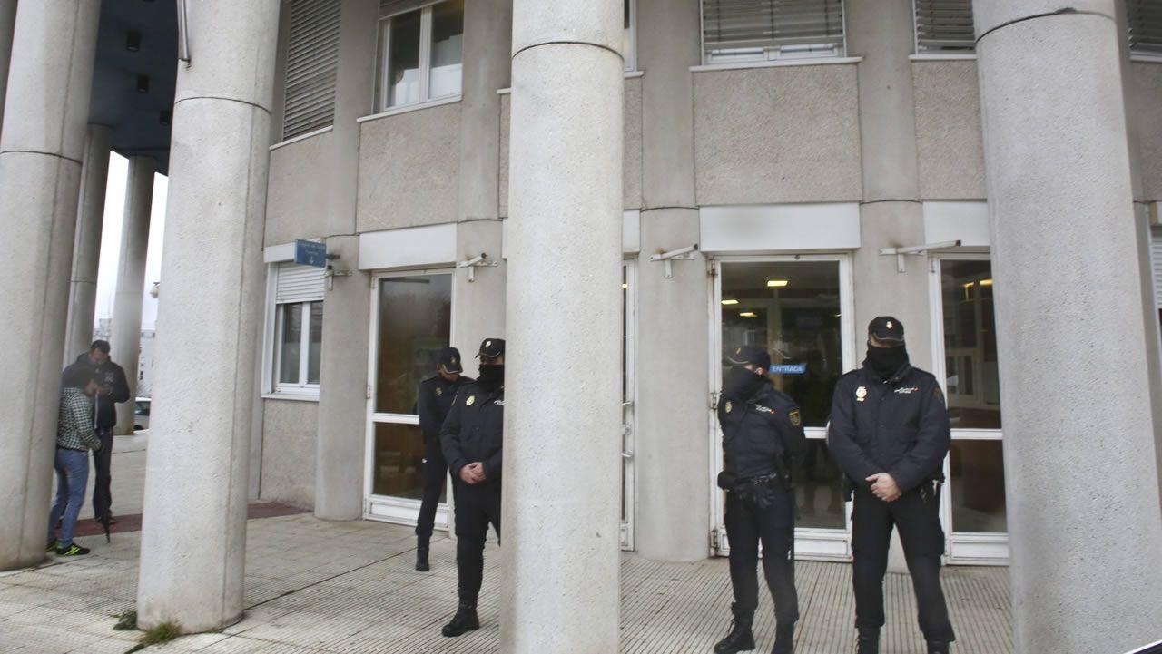 Agentes de la Policía Nacional, en el exterior de los juzgados de A Parda