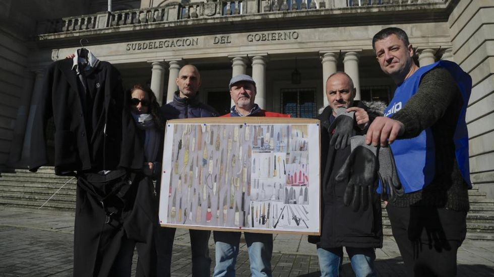Guantes de jardinero y traje de Antonio Alcántara para trabajar con presos peligrosos.Carlos Hipólito, Gutiérrez Caba y Malena Gutiérrez