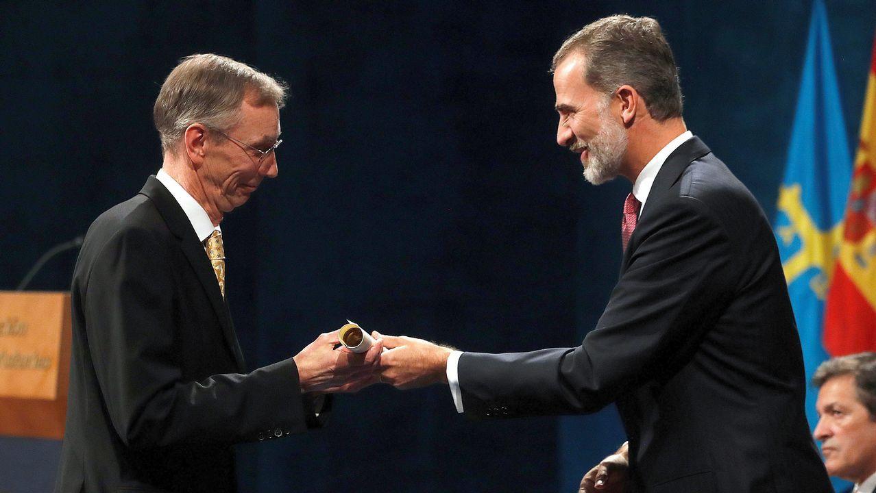 El rey Felipe junto al biólogo sueco Svante Pääbo, ganador del premio de Investigación Científica y Técnica, durante su asistencia a la ceremonia de entrega de los Premios Princesa de Asturias.