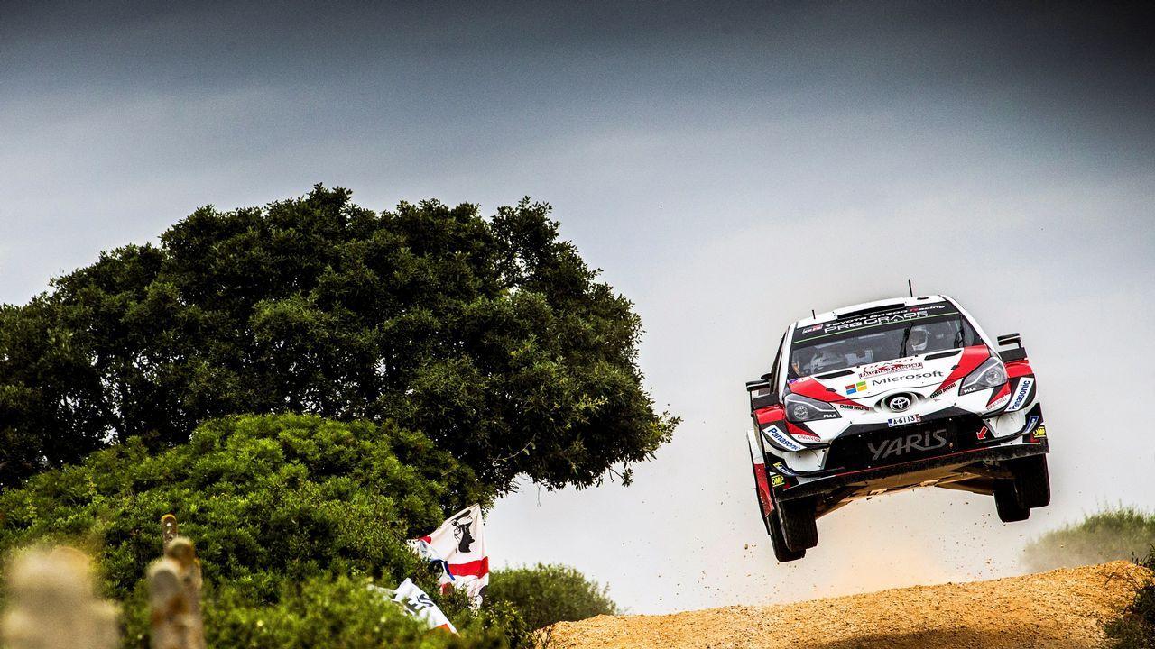 .Uno de los coches participantes en el Rally de Italia Cerdeña, durante una vuelta de reconocimiento