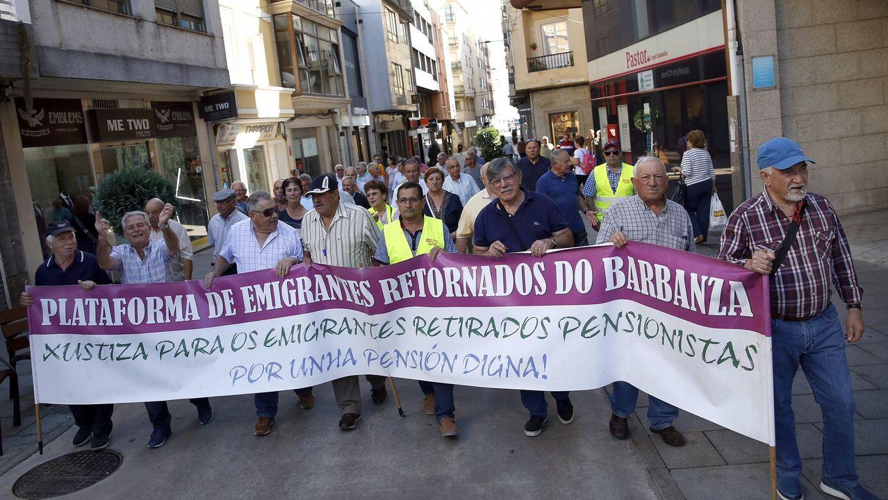 Manifestación de emigrantes retornados.El rayacoches, en los juzgados de Vigo