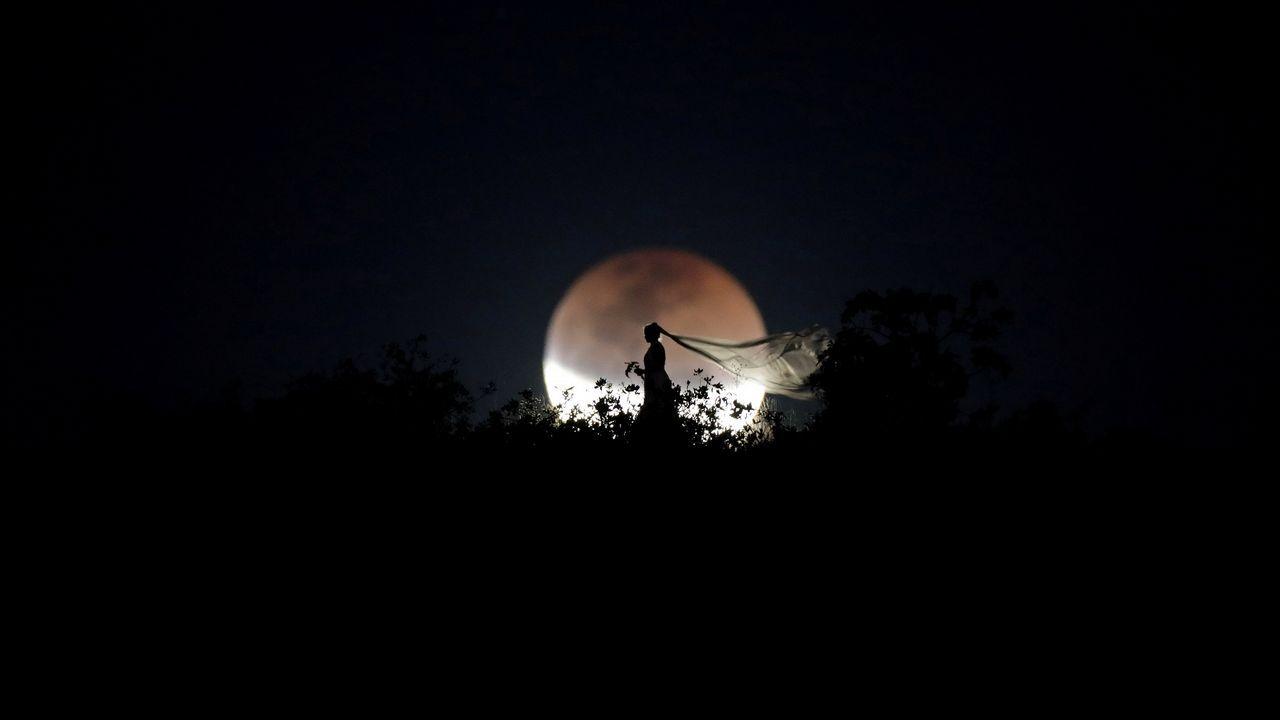Una novia posa durante el eclipse lunar en Brasilia
