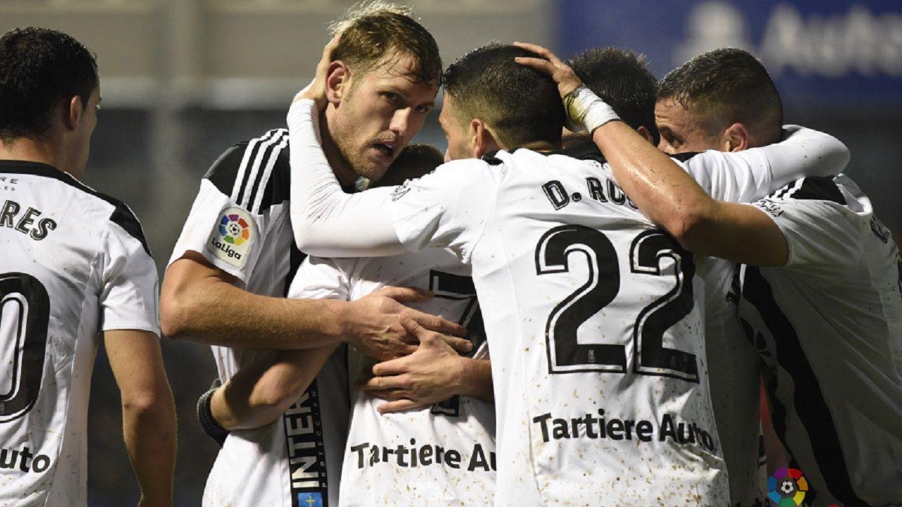 Anquela Real Oviedo Requexon.Jugadores del Oviedo se abrazan tras el gol de Aarón