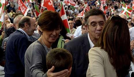 El lendakari López, acompañado ayer en el mitin de Vitoria por su esposa y por Rubalcaba.