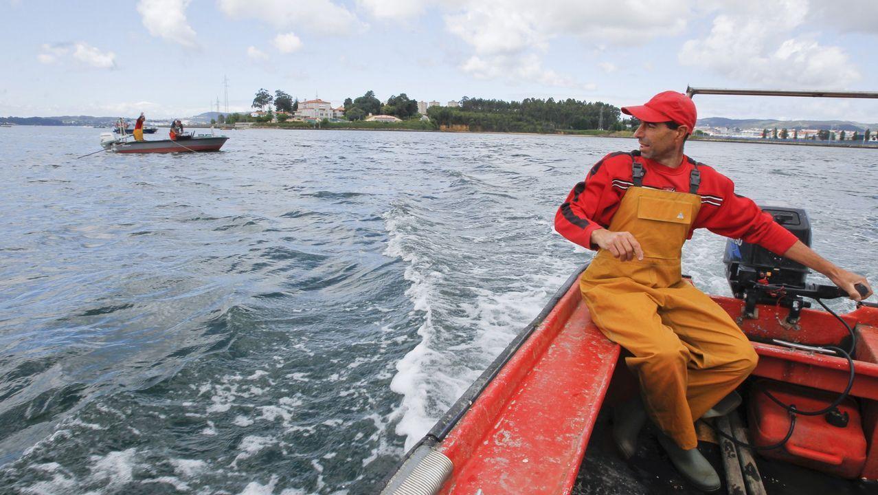 Mariscadores a flote faenando en el banco ferrolano de As Pías
