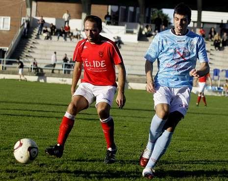 Iago y Criss persiguen el esférico en el Ribadeo-Viveiro jugado hace pocas semanas.