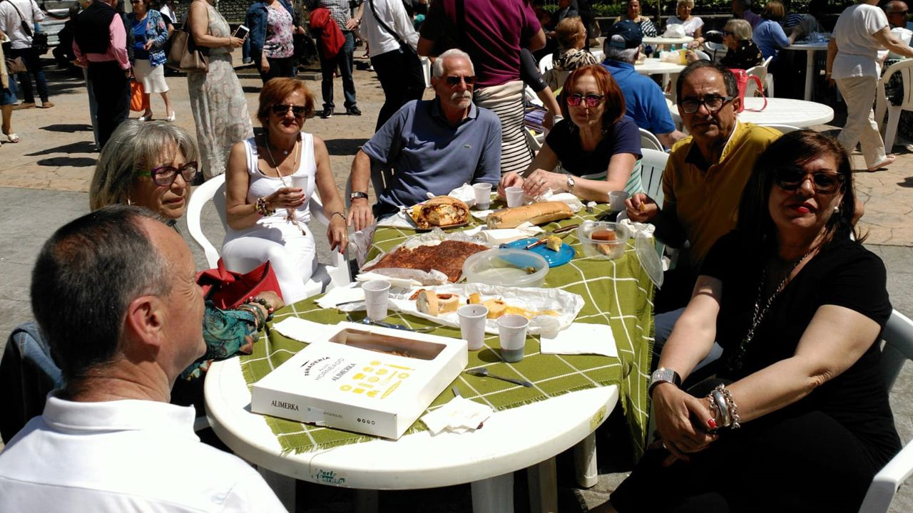 Mesa y mantel para comer el bollu del Martes de Campo en pleno centro de Oviedo