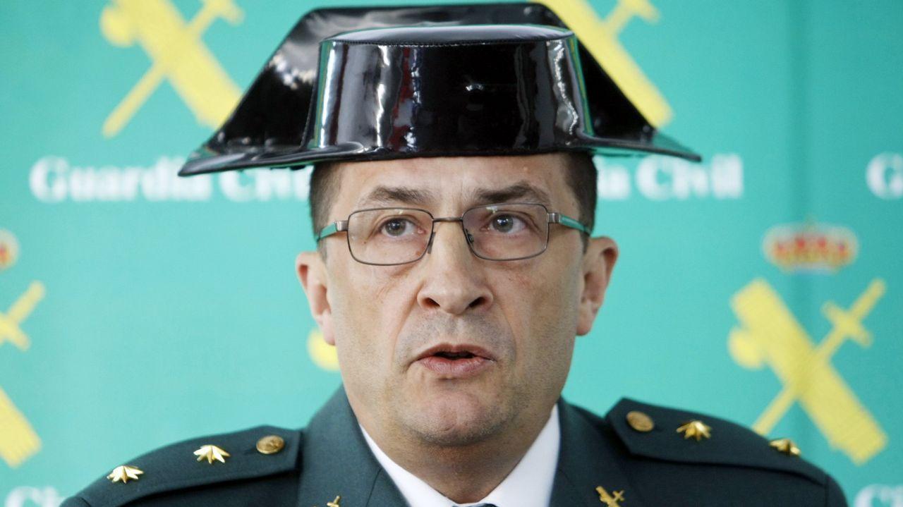 Agentes de la Guardia Civil con documentación de la operación Empadronamiento