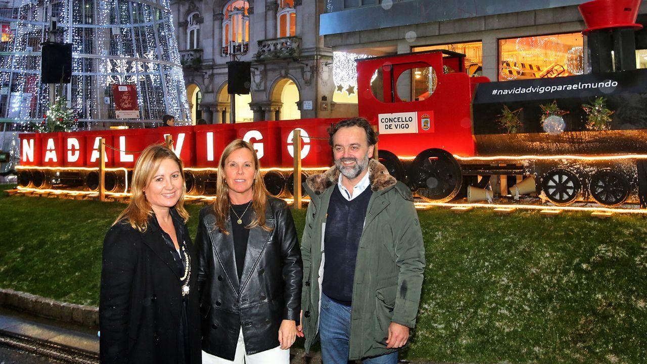 Las fiestas desde una residencia de mayores: una Navidad repleta de colores.Mercedes Fernández, en el centro, brinda con integrantes del PP gijonés en su sede