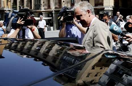 El embajador británico en Madrid, Simon Manley, sale de la sede del Ministerio de Exteriores español.