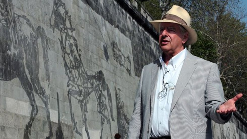 .William Kentridge junto a su obra «Triumphs and Laments», en Roma