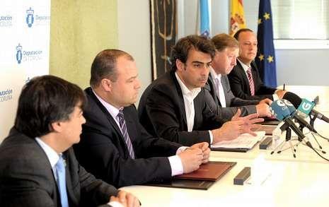 Diego Calvo, en el centro, con los cuatro alcaldes integrados en la comunidad Lambre-Mandeo