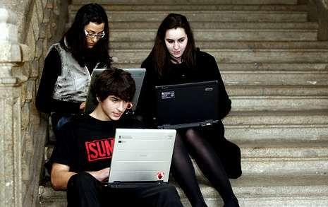 Un grupo de estudiantes utiliza el wifi instalado en un centro escolar de Santiago.