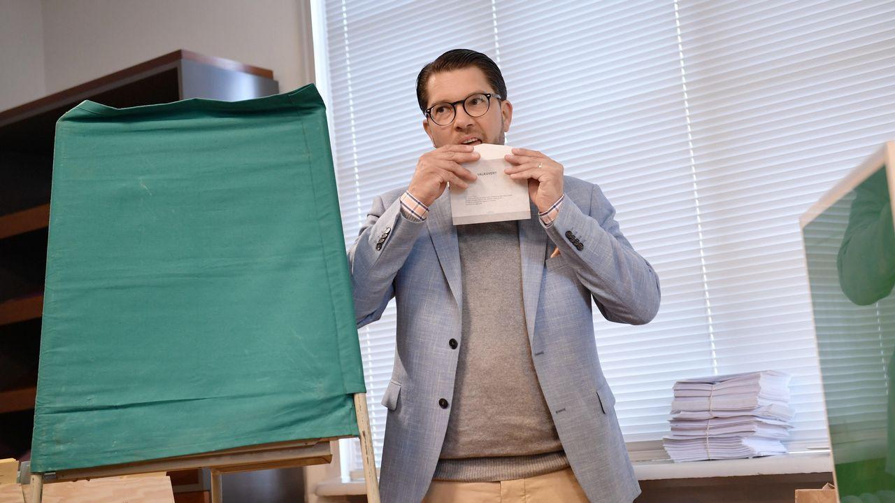 El líder de la ultraderecha, Jimmie Akesson, momentos antes de votar en un colegio electoral de Estocolmo