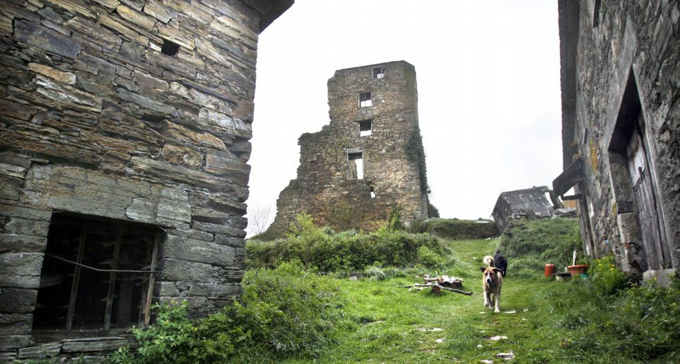 Torre de Arcos, chea de vexetación; en ruinas o castelo de Caldaloba; e resto da Frouxeira, en Foz
