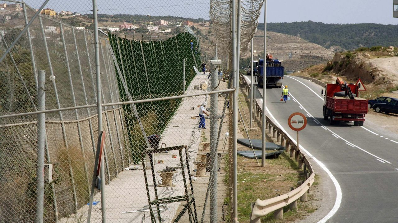 Siete guardias civiles heridos con cal viva durante el asalto a la valla de Ceuta.Imagen de archivo de las enfermeras del Hospital de Día de Oncología en el Materno