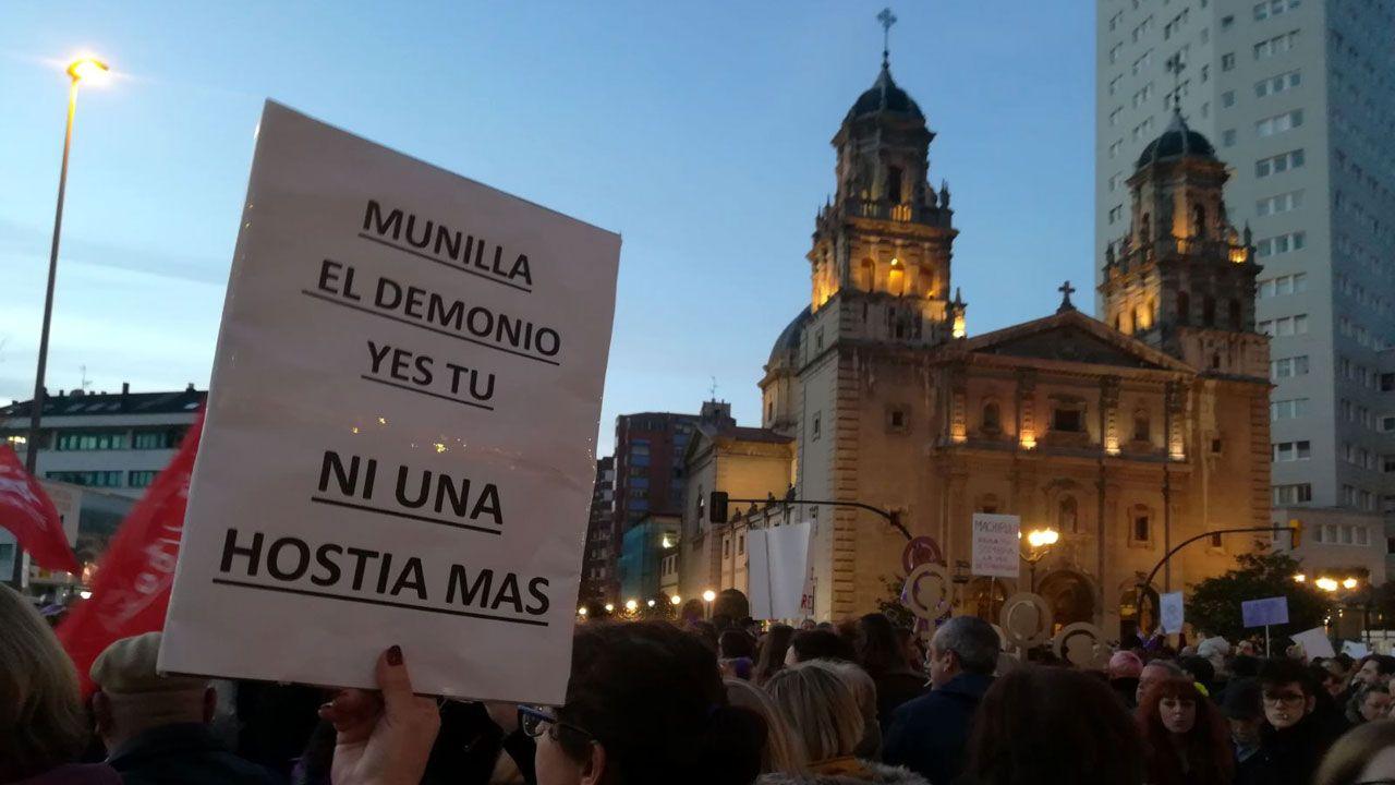 .Pancarta contra el Arzobispo de San Sebastián frente a la iglesia de San José