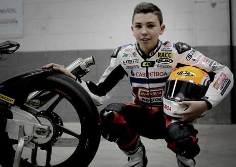 El joven piloto Borja Sánchez Torrecilla posa para La Voz.