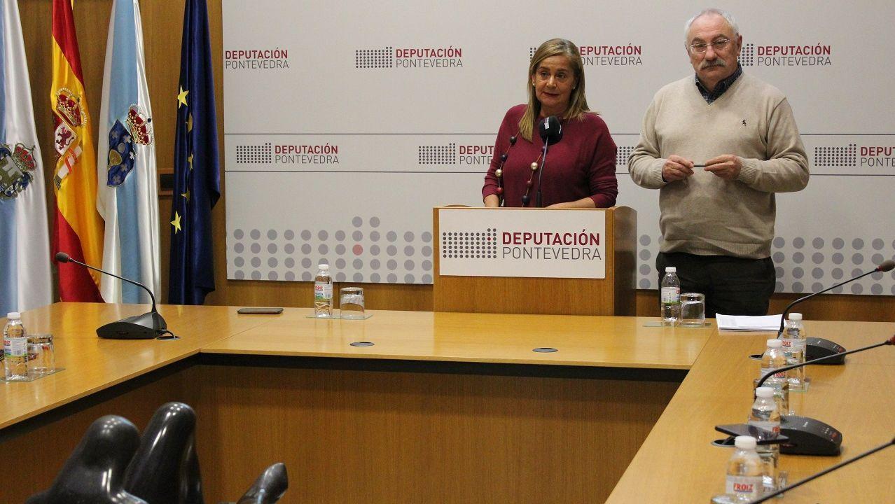 El obispo (derecha) a su llegada ayer a la Audiencia de Pontevedra