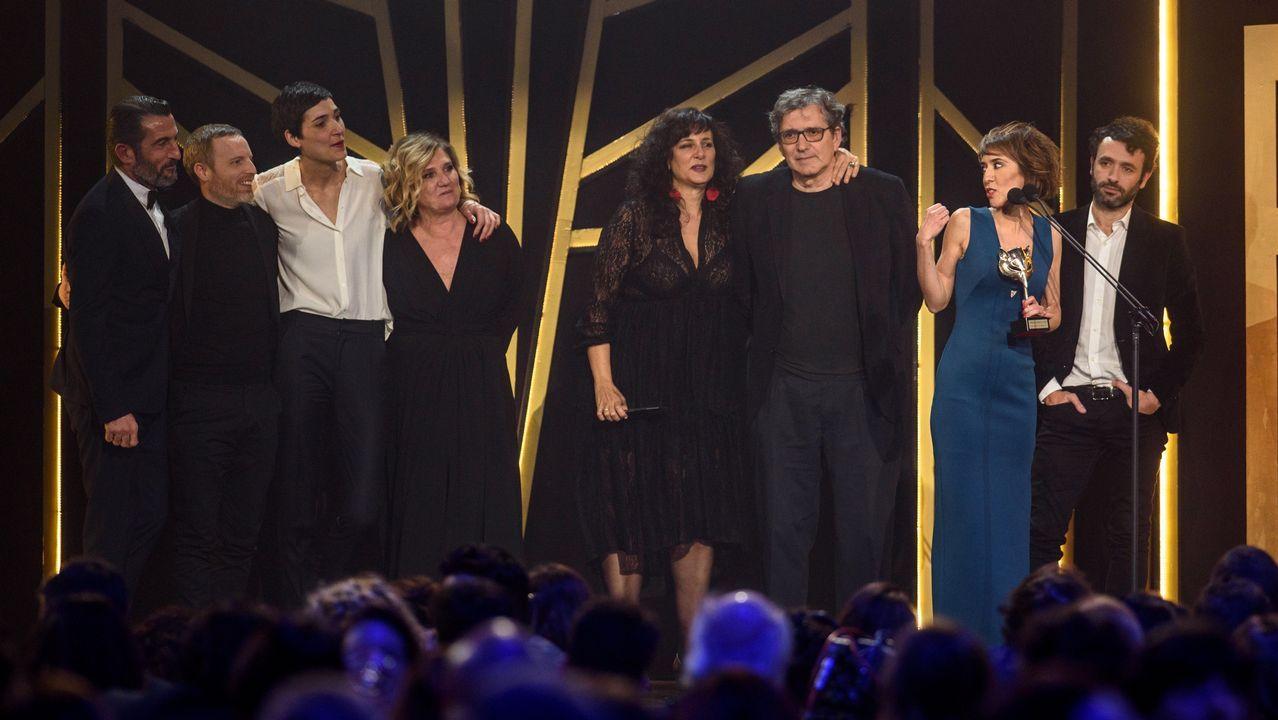 PREMIOS FEROZ. Los miembros de la película El reino, con el premio en el apartado de mejor película dramática.